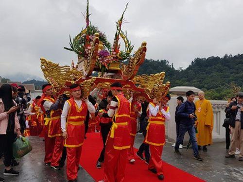 Khai hội Yên Tử 2018: Hàng nghìn người đi lễ, đường xá kẹt cứng - Ảnh 5