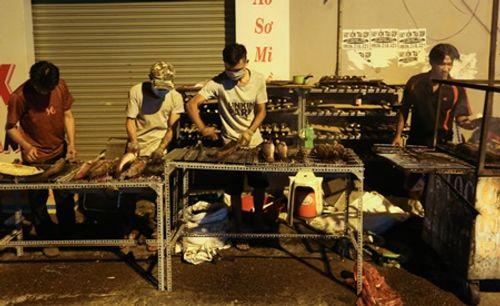 TP.HCM: Phố cá lóc nướng hoạt động suốt đêm phục vụ ngày vía Thần tài - Ảnh 1