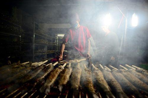 TP.HCM: Phố cá lóc nướng hoạt động suốt đêm phục vụ ngày vía Thần tài - Ảnh 4