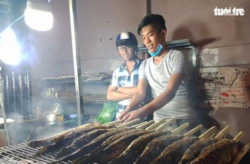 TP.HCM: Phố cá lóc nướng hoạt động suốt đêm phục vụ ngày vía Thần tài - Ảnh 7