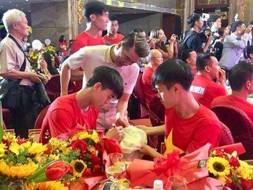 Đàm Vĩnh Hưng khoe món quà độc nhất vô nhị từ U23 Việt Nam - Ảnh 3