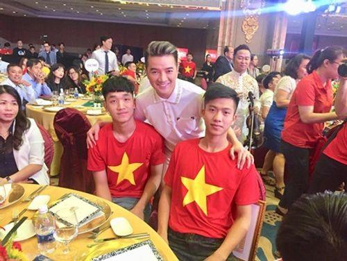 Đàm Vĩnh Hưng khoe món quà độc nhất vô nhị từ U23 Việt Nam - Ảnh 6
