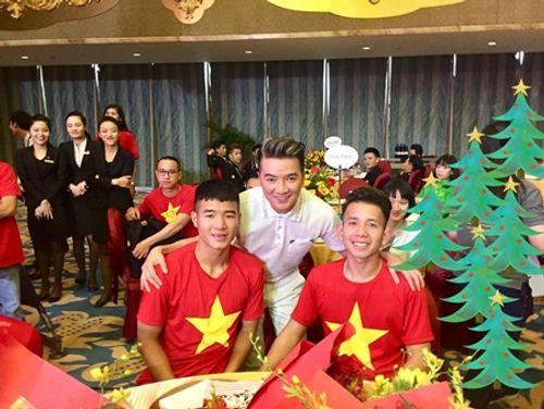 Đàm Vĩnh Hưng khoe món quà độc nhất vô nhị từ U23 Việt Nam - Ảnh 8