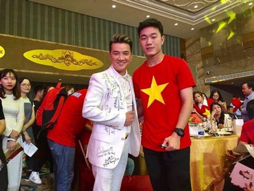 Đàm Vĩnh Hưng khoe món quà độc nhất vô nhị từ U23 Việt Nam - Ảnh 1