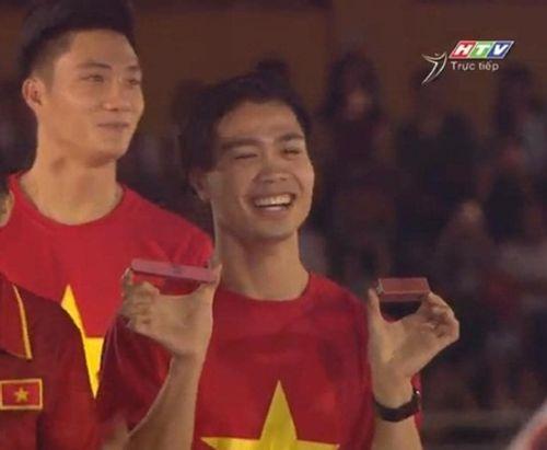 Clip: Mỹ Tâm vừa song ca vừa thử son Hồng Duy U23 Việt Nam tặng trên sân khấu - Ảnh 1