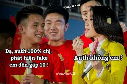 Clip: Mỹ Tâm vừa song ca vừa thử son Hồng Duy U23 Việt Nam tặng trên sân khấu - Ảnh 2