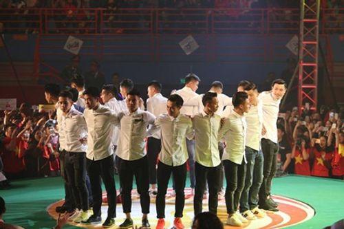 Clip: Cười nghiêng ngả vì màn đá luân lưu của U23 Việt Nam và các nghệ sĩ - Ảnh 1