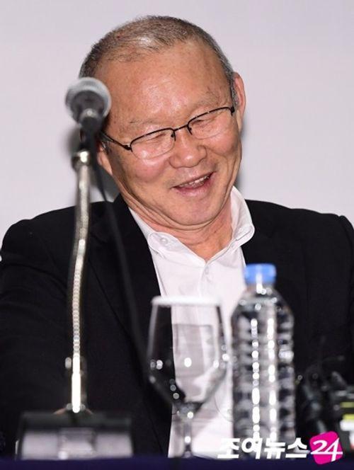 Dự họp báo ngay khi về Hàn, HLV Park Hang Seo ca ngợi CĐV Việt Nam - Ảnh 1