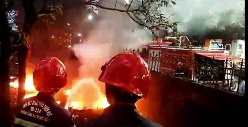 Cháy lan vào khu vực trường ĐH Sư phạm Huế vì đốt lốp xe ở vỉa hè - Ảnh 1