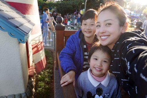 Sang Mỹ thăm Bảo Nam, vợ chồng Jennifer Phạm đưa các con đi Disneyland - Ảnh 2