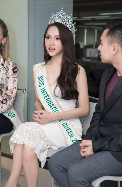 """Clip: Hương Giang lên tiếng chuyện """"người chuyển giới dù đẹp tới đâu cũng không phải con gái"""" - Ảnh 2"""