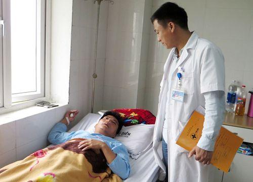 Bộ GD&ĐT vào cuộc vụ thầy giáo bị người nhà học sinh đánh gãy sống mũi - Ảnh 1