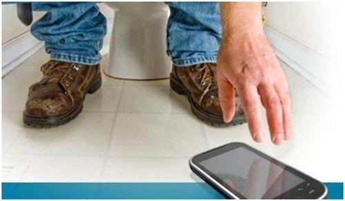 Hy hữu nam thanh niên bị liệt hoàn toàn vì ngồi nghịch điện thoại trong toilet - Ảnh 1