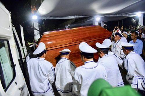 Người dân đứng chờ tiễn đưa linh cữu nguyên Thủ tướng Phan Văn Khải - Ảnh 1
