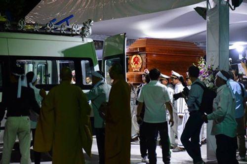 Người dân đứng chờ tiễn đưa linh cữu nguyên Thủ tướng Phan Văn Khải - Ảnh 2
