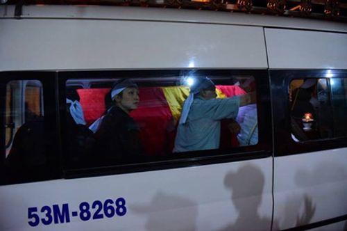 Người dân đứng chờ tiễn đưa linh cữu nguyên Thủ tướng Phan Văn Khải - Ảnh 3