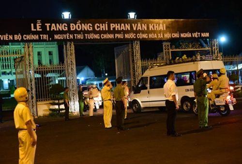 Người dân đứng chờ tiễn đưa linh cữu nguyên Thủ tướng Phan Văn Khải - Ảnh 7