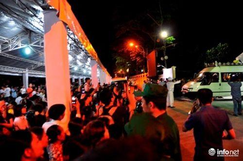 Người dân đứng chờ tiễn đưa linh cữu nguyên Thủ tướng Phan Văn Khải - Ảnh 4