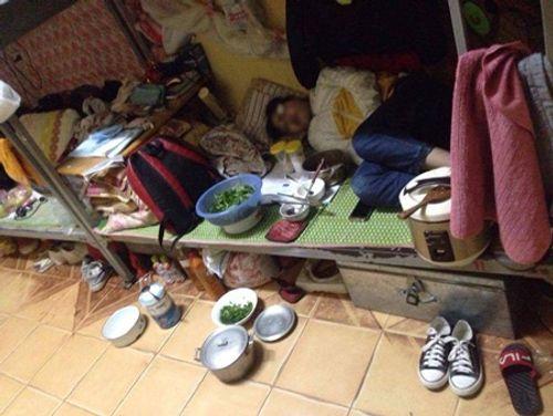 Dân mạng tranh cãi vụ cô gái ngủ với nồi cơm điện, bát đũa trên giường ký túc xá - Ảnh 1