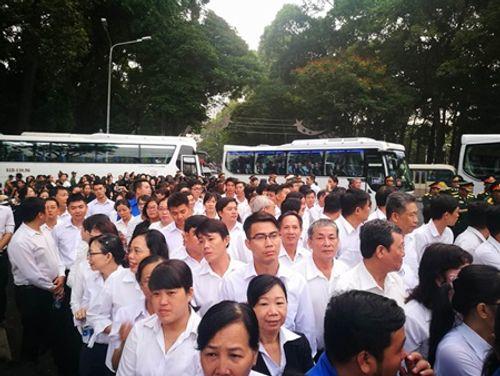 Dòng người xếp hàng dự Lễ truy điệu nguyên Thủ tướng Phan Văn Khải - Ảnh 1