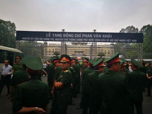 Dòng người xếp hàng dự Lễ truy điệu nguyên Thủ tướng Phan Văn Khải - Ảnh 2