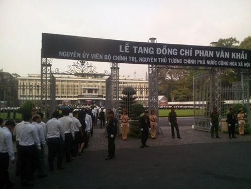 Dòng người xếp hàng dự Lễ truy điệu nguyên Thủ tướng Phan Văn Khải - Ảnh 3
