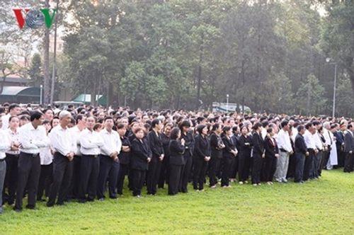 Dòng người xếp hàng dự Lễ truy điệu nguyên Thủ tướng Phan Văn Khải - Ảnh 7