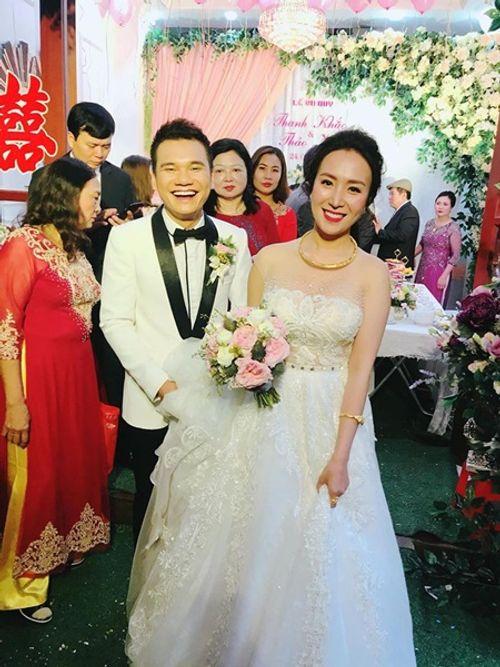 """Khắc Việt cười """"tít mắt"""" bên cô dâu xinh đẹp trong đám cưới tại quê nhà - Ảnh 1"""