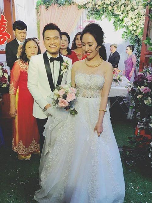 """Khắc Việt cười """"tít mắt"""" bên cô dâu xinh đẹp trong đám cưới tại quê nhà - Ảnh 2"""