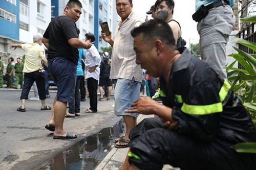 Vụ cháy chung cư Carina: Dân mạng cảm động hình ảnh người lính cứu hỏa bị bỏng lột bàn tay - Ảnh 2