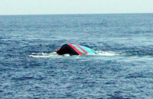 Chìm tàu cá trên biển Bạc Liêu: Tìm thấy 2 thi thể thuyền viên - Ảnh 1