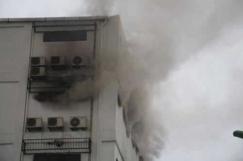 Clip: Lửa bùng phát ở karaoke lúc rạng sáng, lính cứu hỏa khoan bê tông chữa cháy - Ảnh 2