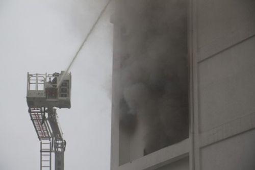 Clip: Lửa bùng phát ở karaoke lúc rạng sáng, lính cứu hỏa khoan bê tông chữa cháy - Ảnh 3