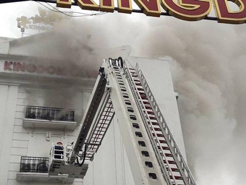 Clip: Lửa bùng phát ở karaoke lúc rạng sáng, lính cứu hỏa khoan bê tông chữa cháy - Ảnh 4
