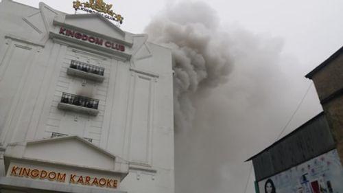 Clip: Lửa bùng phát ở karaoke lúc rạng sáng, lính cứu hỏa khoan bê tông chữa cháy - Ảnh 5