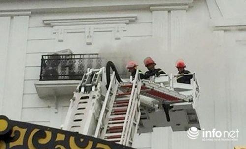 Clip: Lửa bùng phát ở karaoke lúc rạng sáng, lính cứu hỏa khoan bê tông chữa cháy - Ảnh 6