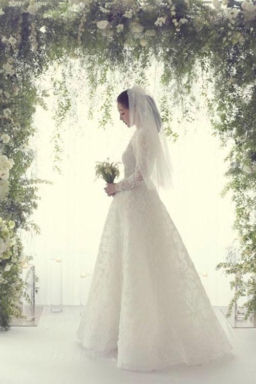 Choi Ji Woo tiết lộ ảnh cưới hiếm hoi đẹp long lanh như chụp họa báo - Ảnh 1