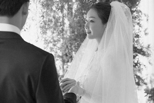Choi Ji Woo tiết lộ ảnh cưới hiếm hoi đẹp long lanh như chụp họa báo - Ảnh 3