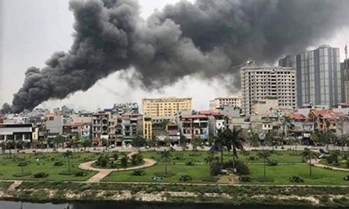 Hà Nội: Cháy lớn ở chợ Quang, tiểu thương phá tường thoát ra - Ảnh 1