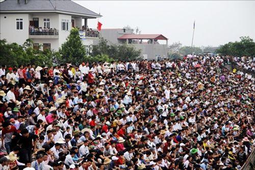 Hội chọi trâu Hải Lựu 2018: Ngàn người chen chúc, trèo tường vào sân đấu - Ảnh 3