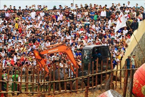 Hội chọi trâu Hải Lựu 2018: Ngàn người chen chúc, trèo tường vào sân đấu - Ảnh 4
