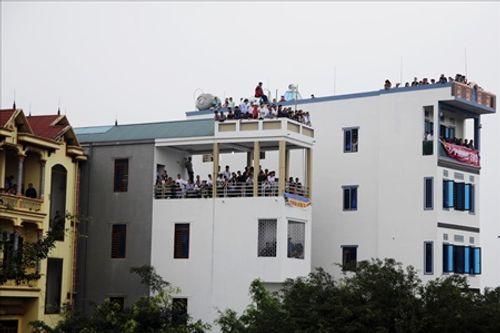 Hội chọi trâu Hải Lựu 2018: Ngàn người chen chúc, trèo tường vào sân đấu - Ảnh 5