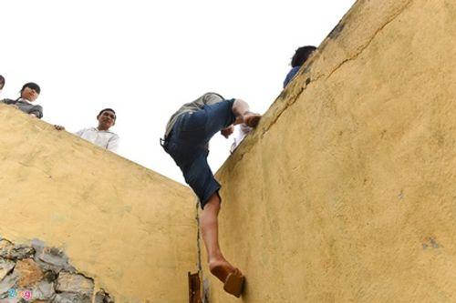 Hội chọi trâu Hải Lựu 2018: Ngàn người chen chúc, trèo tường vào sân đấu - Ảnh 8