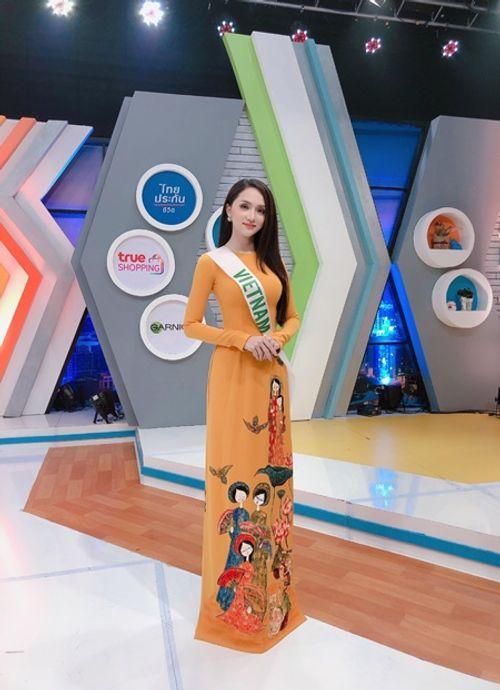 """Clip: Hương Giang tự tin nói tiếng Anh trên truyền hình Thái, đẹp như nữ thần """"lấn át"""" nhiều thí sinh - Ảnh 1"""