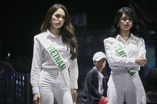 """Clip: Hương Giang tự tin nói tiếng Anh trên truyền hình Thái, đẹp như nữ thần """"lấn át"""" nhiều thí sinh - Ảnh 4"""