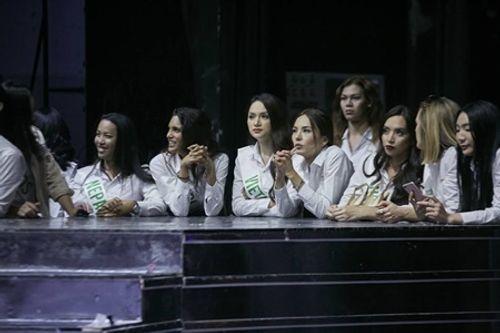 """Clip: Hương Giang tự tin nói tiếng Anh trên truyền hình Thái, đẹp như nữ thần """"lấn át"""" nhiều thí sinh - Ảnh 5"""