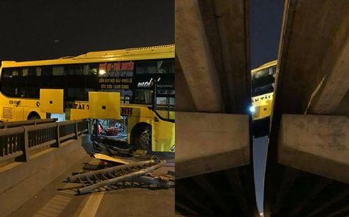 Clip: Hoảng hồn xe khách đâm xuyên thanh chắn, nằm vắt ngang 2 thành cầu - Ảnh 2