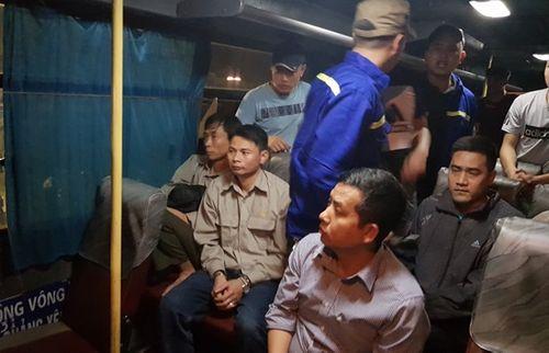 Quảng Ninh: Bắt 9 công nhân đánh bạc trên ô tô - Ảnh 1