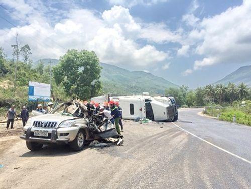 Container bất ngờ lật nghiêng, đè nát ô tô du lịch khiến 2 người thiệt mạng - Ảnh 1