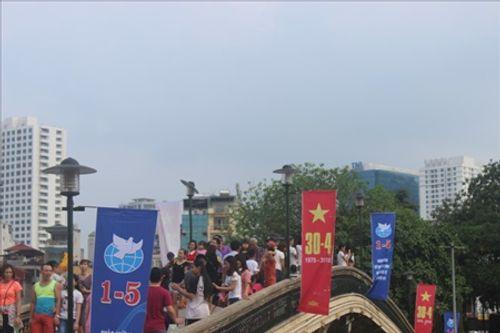 Người dân Hà Nội - Sài Gòn chen chúc đông nghẹt trong công viên ngày nghỉ lễ 30/4 - Ảnh 4